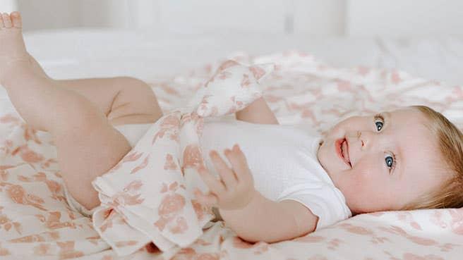 ade + anais snuggle knit™ Geschenkset mit Pucktuch + Mütze aus kuscheligem Strickstoff für Neugeborene 0–3 Monate