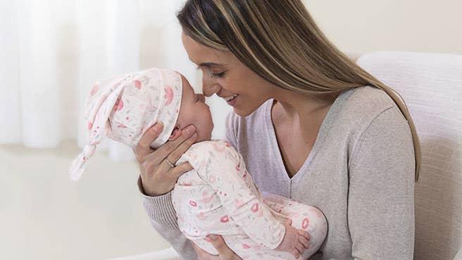 aden + anais comfort knit™ Geschenkset mit geknotetem Kleid + Mütze aus bequemem Strickstoff für Neugeborene 0–3 Monate