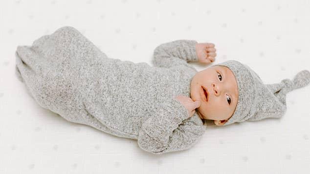 aden + anais snuggle knit geknotetes Kleid + Mütze-Set aus kuscheligem Strickstoff 0–3 Monate
